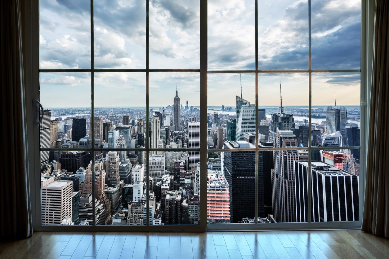 melihat ke Manhattan real estat dari jendela apartemen