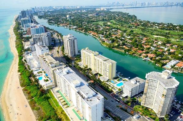 Pemandangan udara dari pantai dan gedung pencakar langit di Pantai Miami